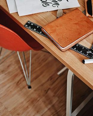 Bureau design avec ordinateur portable e