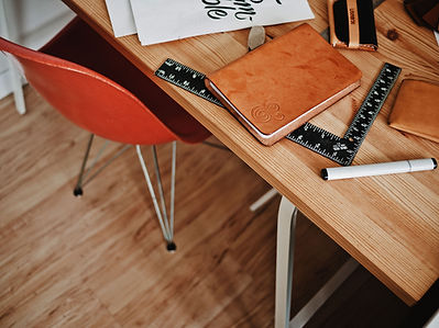 โต๊ะเขียนหนังสือออกแบบกับโน๊ตบุ๊คและไม้บ