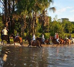 Cabalgata en Tiuma Park (Villavicecio, Colombia)