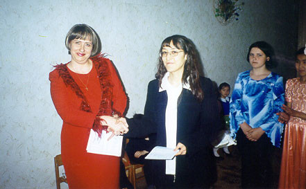 Вручение дипломов на празднике в честь юбилея Школы. 2007 год.