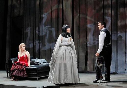 Kirsten Chambers as Fremde Fürstin, Rusa