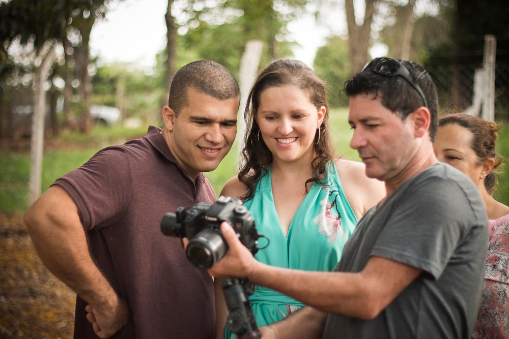 Equipe de filmagem mostrando ao casal prévia do ensaio em vídeo.