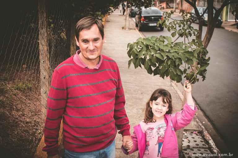 Carlos Trigo e Carla sorrindo para o retrato de ida à escola em Botucatu