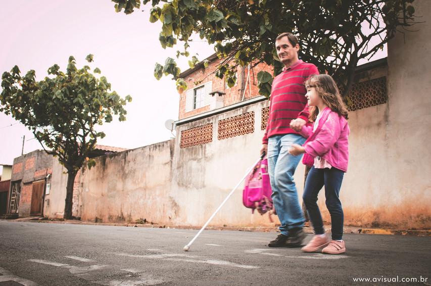 Carlos Trigo e Carla Trigo atravessando a avenida Conde de Serra Negra em Botucatu para ida à escola