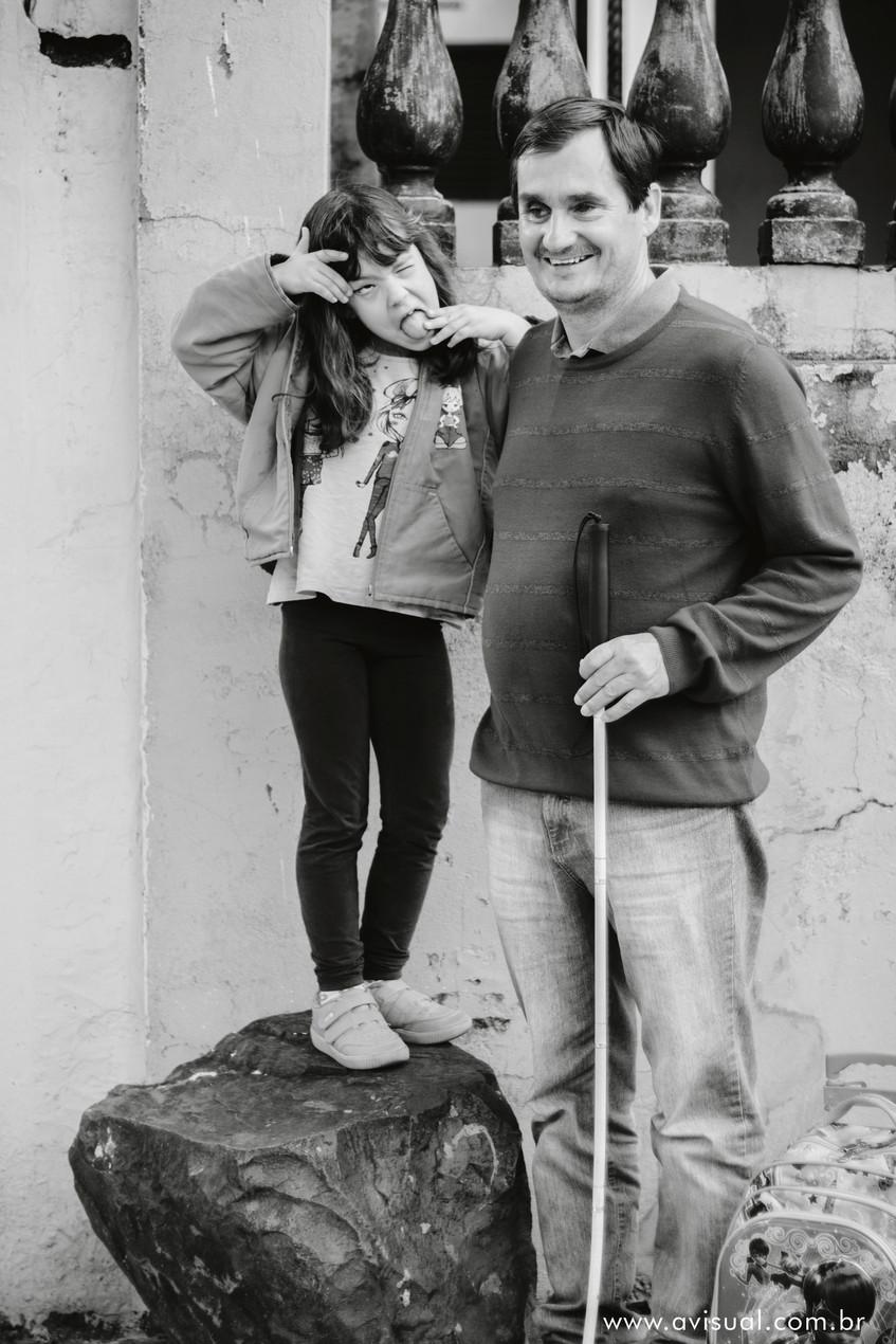 Carla ao lado de seu Pai Carlos Trigo fazendo caretas divertidas a caminho da escola.