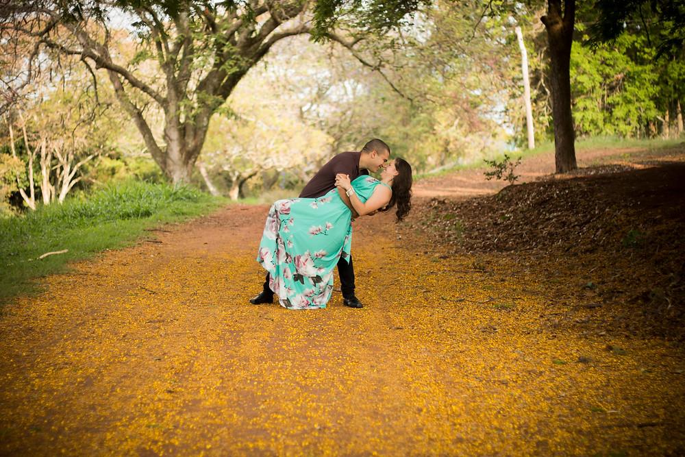 Ensaio fotográfico de casal à espera do dia do casamento. Primavera proporcionou chão florido.