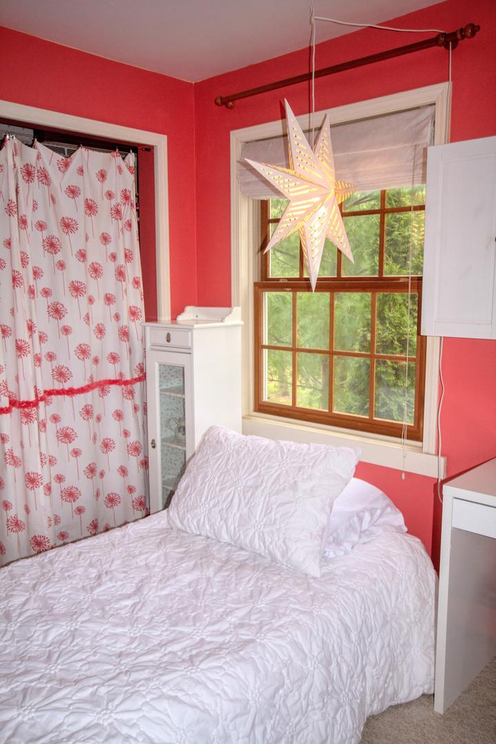 country_charm_bedroom_star_lamp_window.j