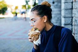Hamburger manger fille