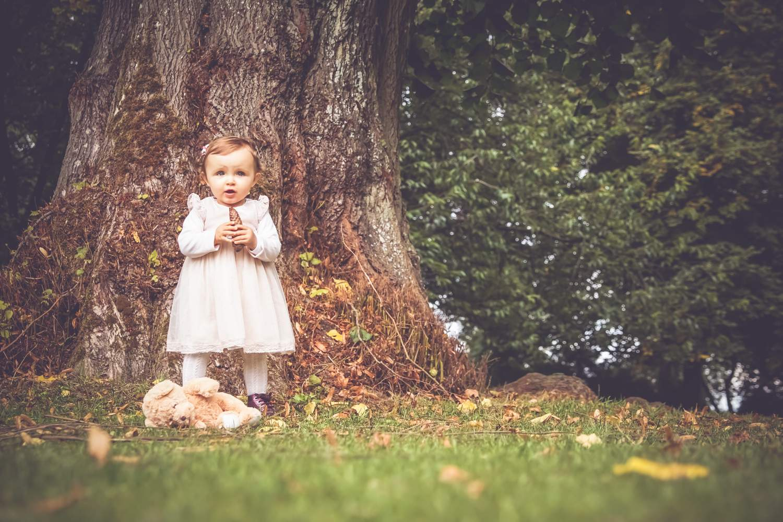 Enfant de 1 an devant un arbre