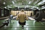 Mann, der an einem Fitness-Studio