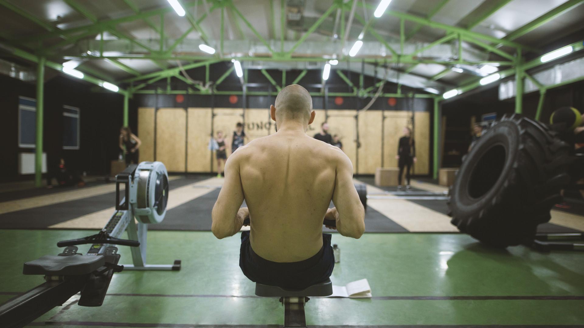 El hombre en un gimnasio