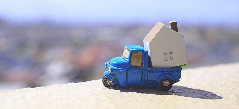 家を運ぶトラック