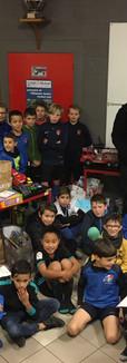 Mr delleaux (resto du coeur Saumur) avec nos jeunes devant la collecte de jouets