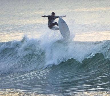 SURF SUR SAINT MALO AVEC NAUTI MALOUIN CLUB DE SURF