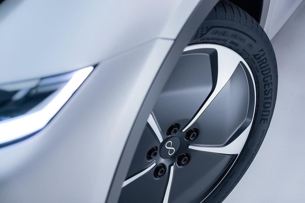 Foto do pneu Bridgestone instalado no carro elétrico Lightyear One
