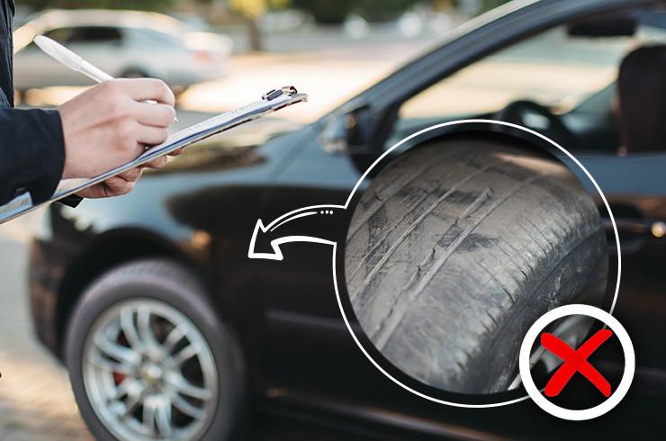 Guarda aplicando multa em carro com pneu careca