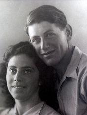 אברהם עופר ואשתו שושנה ביום חתונתם 1942