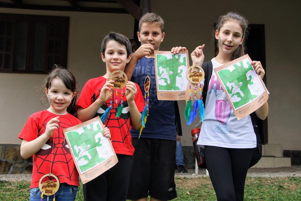 Equipe Spider com mapas e medalhões