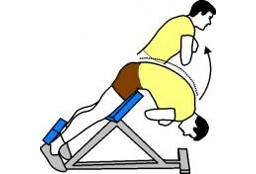 Extension au banc à lombaire en musculation pour femme, mouvement opposé au reverse hyper, exercice fessiers