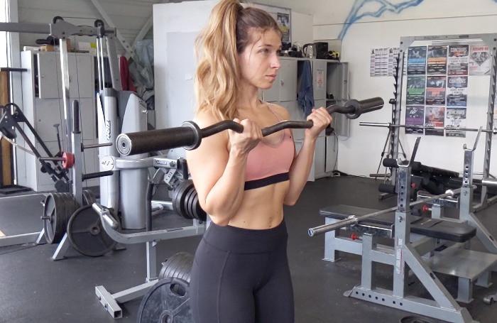 Curl à la barre musculation des bras femme