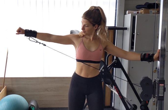 Élévations latérale à la poulie en musculation pour Femme