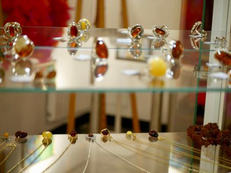 Le prince de l'ambre de la mer Baltique - Pawel Mikołajczyk cet été dans notre Galerie Poray.
