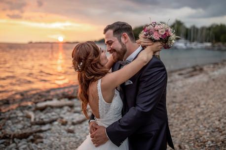 Brautpaar am strand vom bodensee in bregenz in vorarlberg