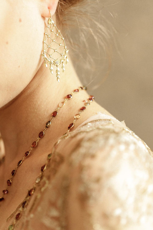 Detailfoto der Braut mit besonderem Schmuck
