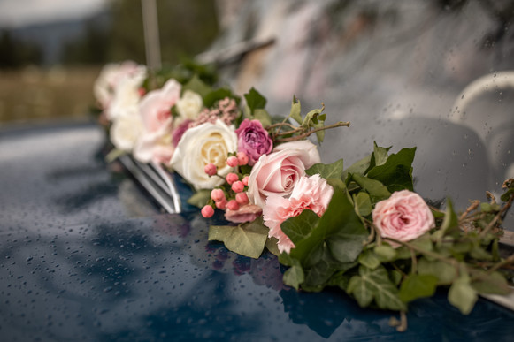 wedding bouquet on the wedding car - catch every beautiful detail from your wedding