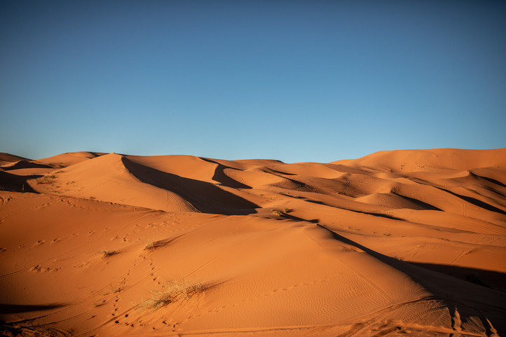 fascinating sand dunes in the Sahara desert | Travel and Landscape Photography in Morocco Africa || Bohoray - Adventure Elopement and Wedding Photographer - Victoria Ruef || www.bohoray.com