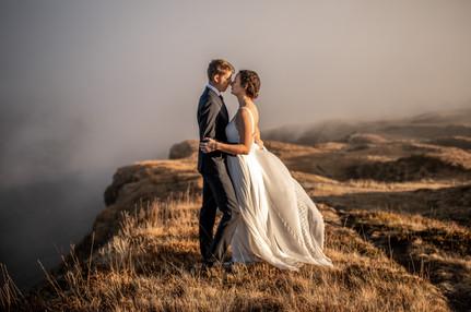 Atemberaubende Hochzeitsfotos in den Österreichischen Bergen. Wildembrace Fotografie. Abenteuer Hochzeitsfotografen aus Österreich Europa weltweit tätig.   || www.wildembrace.photo
