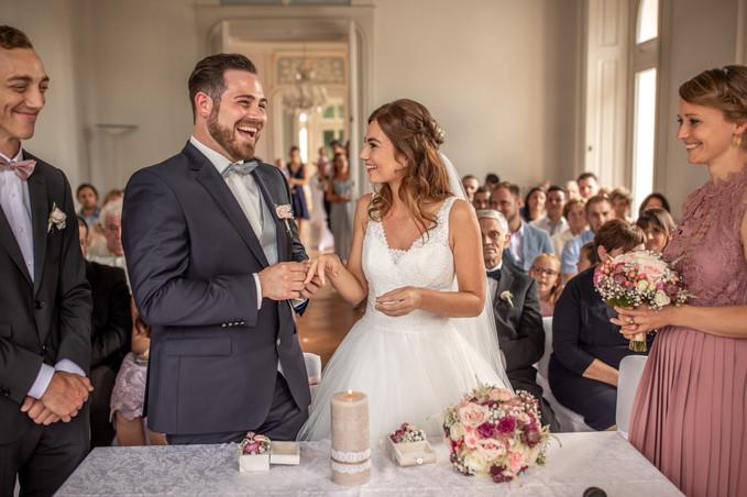 glücklicher bräutigam ist jetzt verheiratet