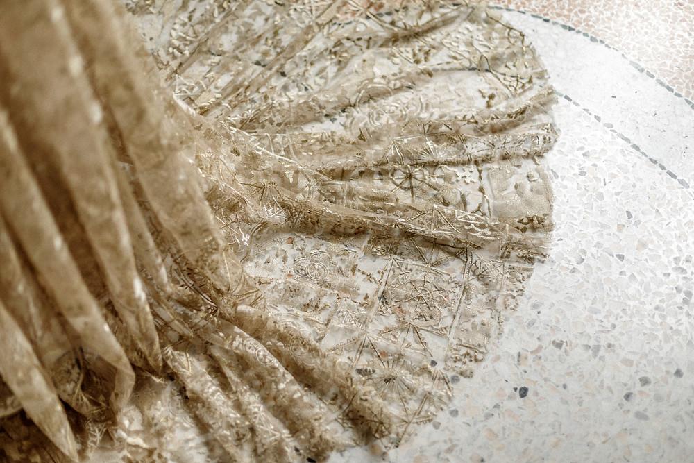 Goldenes Hochzeitskleid mit Schleppe
