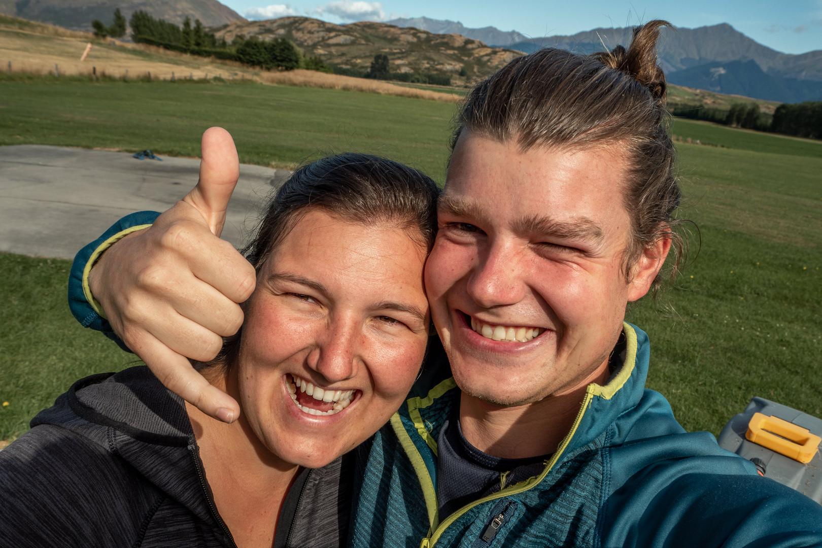 Foto nach dem Fallschirm springen in Neuseeland. Wild Embrace Fotografie Abenteuer Elopement und Auslandshochzeit Fotografen in  Österreich, Europa und weltweit. www.wildembrace.photo