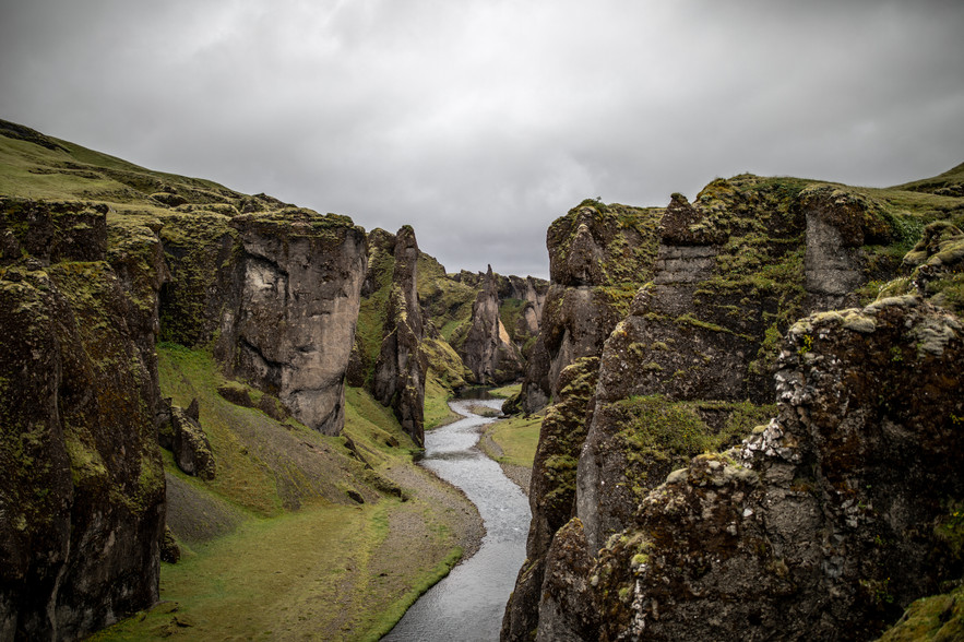 Fjaðrárgljúfur Canyon in Iceland || Bohoray - Adventure Wedding and Elopement Photographer Iceland - Victoria Ruef  || www.bohoray.com