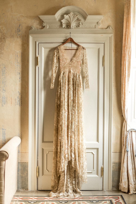 wunderschönes goldenes Hochzeitskleid von Emily Riggs