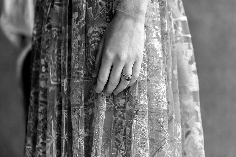 Detailfoto der Braut mit Ehering