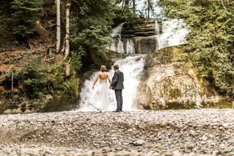 Wunderschönes Elopement Foto vor einem versteckten Wasserfall in Vorarlberg, Wild Embrace Fotografie / Abenteuer Elopement und Auslandshochzeit Fotografen Österreich / Europe / www.wildembrace.photo