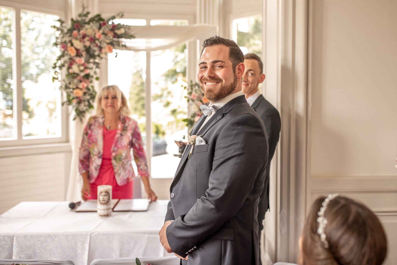 bräutigam überglücklich seine braut zu sehen und sie zu heiraten - hochzeitfotograf mellau