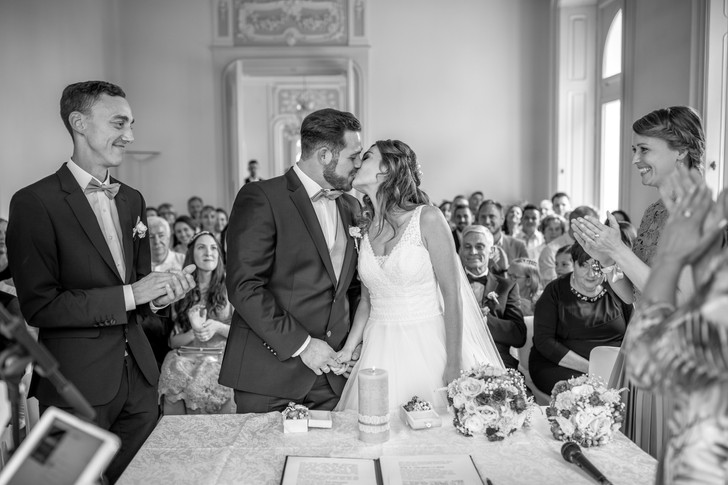 kiss the bride in black and white - wedding photographer austria