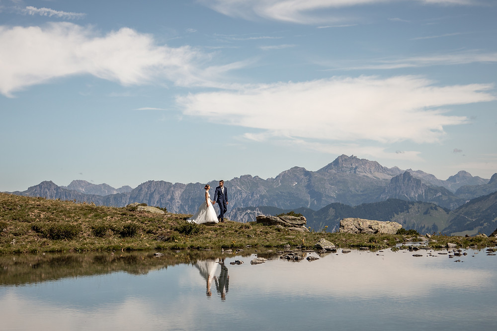 Wedding pictures at a mountain lake elopement photographer Austria