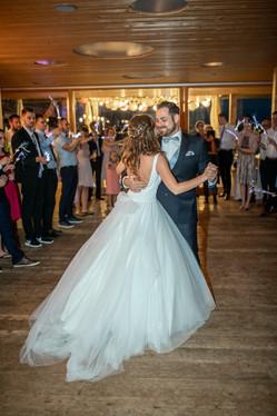 brautpaar tanzt hochzeitstanz auf ihrer hochzeitsfeier - hochzeitsfotografen in mellau