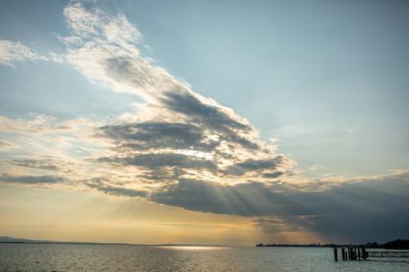 Sonnenstrahlen die durch wolken brechen