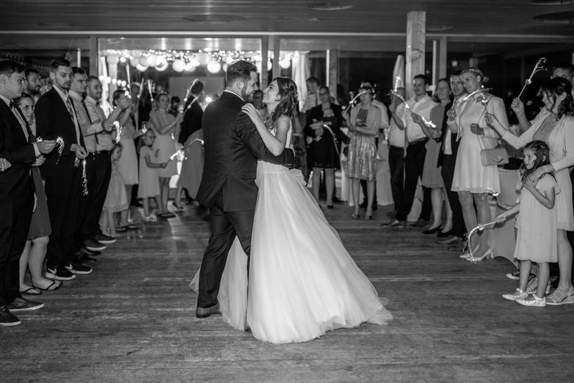 erster tanz in schwarz weiß - zeitloses hochzeitsfoto in schwarz weiß