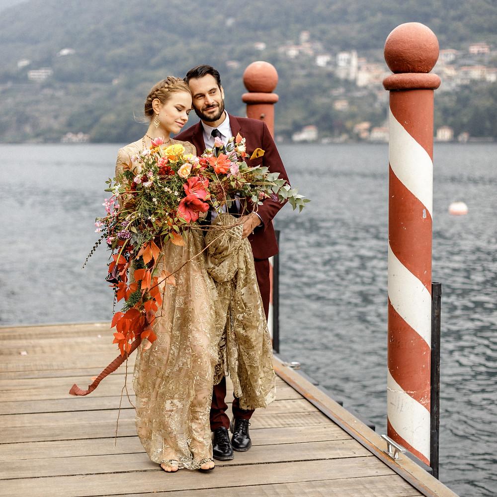 Elopement Hochzeitsfoto auf einem Steg am Comosee in Italien