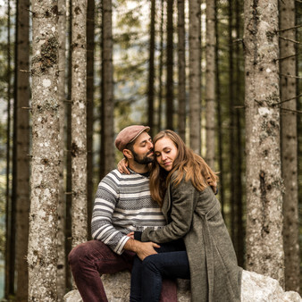 beautiful engagement Photos in the forest || Wild Embrace Photography | Adventure Elopement and Destination Wedding Photographer Austria | Europe || www.wildembrace.photo