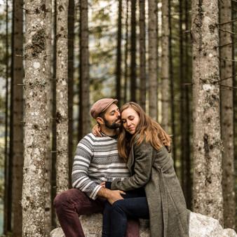 Schöne Verlobungsfotos im Wald / Wild Embrace Fotografie / Hochzeitsfotografen Österreich / Europa