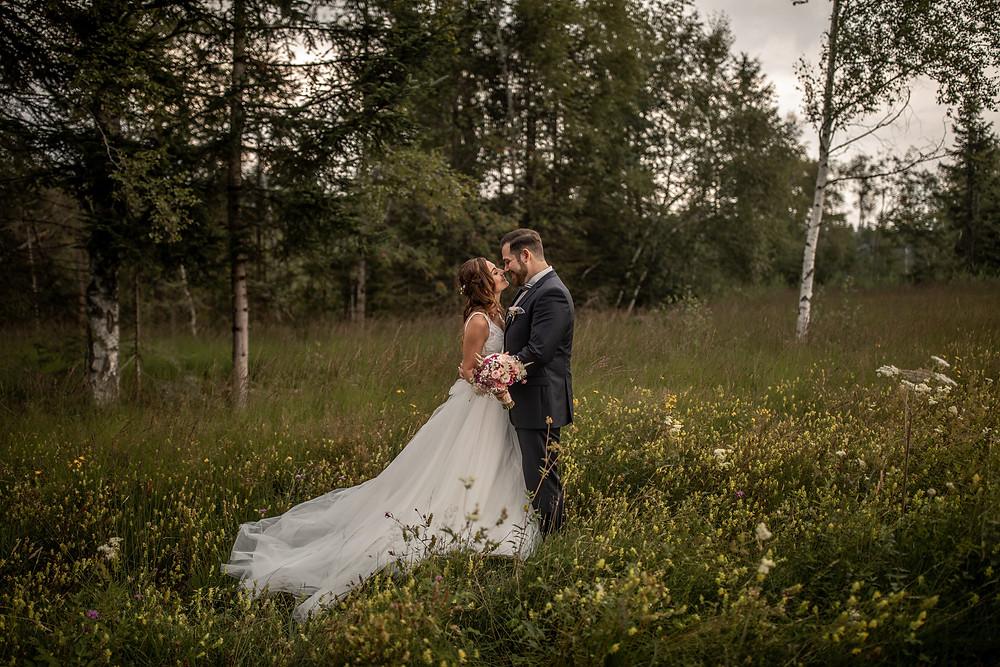 atemberaubende hochzeitsfotos in der natur im grünen - elopement fotos in der natur