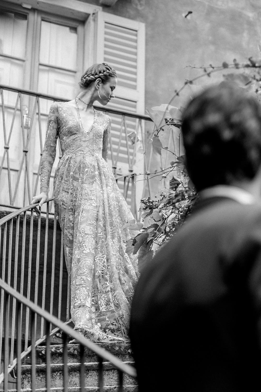 First Look bei der Hochzeit in einer historischen Villa in Italien