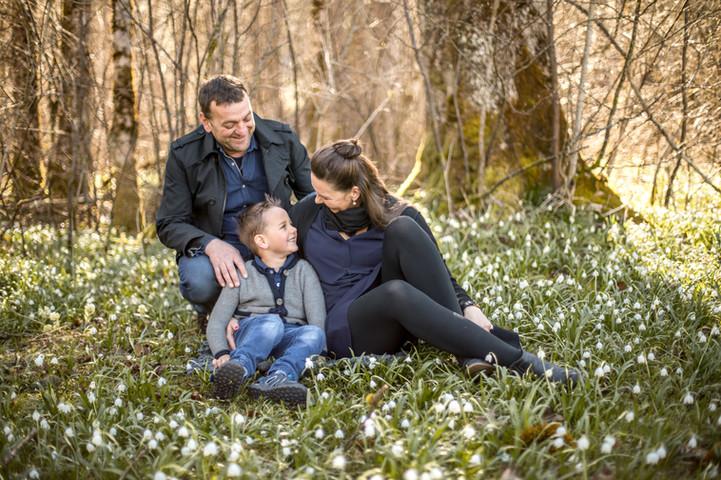ungestellte Familienfotos in der Natur